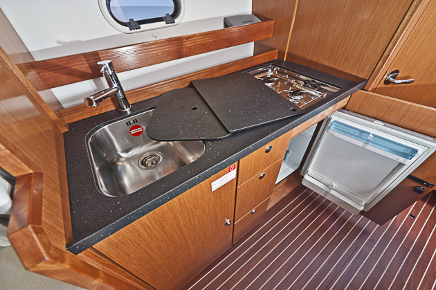 Gut bestückt: Kombüse mit tiefer Spüle und  80-Liter-Kühlschrank. Foto: Dieter Wanke
