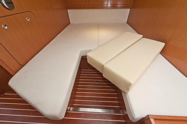 Aus zwei mach eins: Zwei Einzelkojen werden  durch Einlagen zu einem Doppelbett. Foto: Dieter Wanke