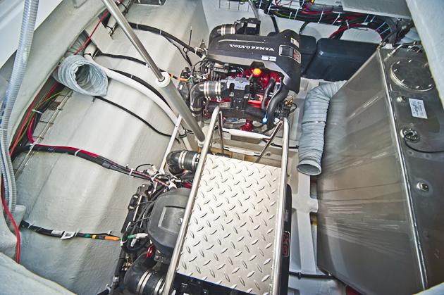 Kraft im Bauch: Die beiden Volvo Penta Aggregate waren beim Test für 41 Knoten gut. Foto: Dieter Wanke