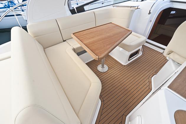 Plätze mit Aussicht: Die Sitzgruppe im Cockpit reicht für eine halbe Fußballmannschaft. Foto: Dieter Wanke