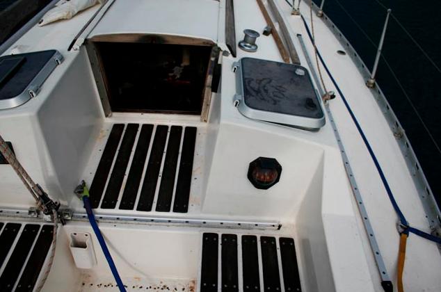 Ein scheinbar vernünftiger Niedergang, hoch genug über dem Cockpit. Aber lässt sich das Niedergangsluk mit einer Leine sichern und kann es sowohl von innen als auch außen gesichert werden?