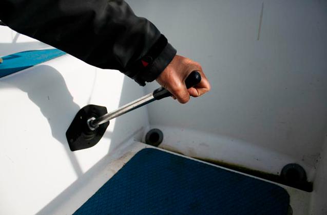 Schulmäßiger Hebel für die Bilgepumpe, der im Notfall im Cockpit leicht zu bedienen ist.