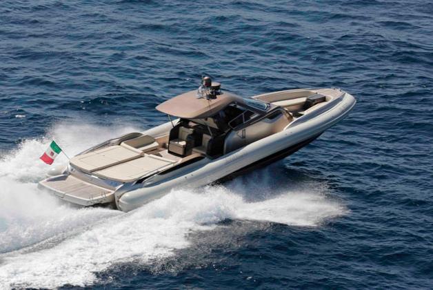 Bei 52 Knoten Spitzengeschwindigkeit bietet das SACS Strider 18 Sonnenliegen und zwei Kabinen unter Deck