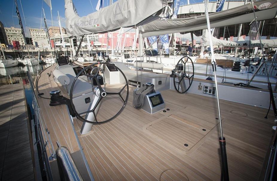 Viel Platz und viel Teak: Das Cockpit der neuen A44 von Advanced Yachts