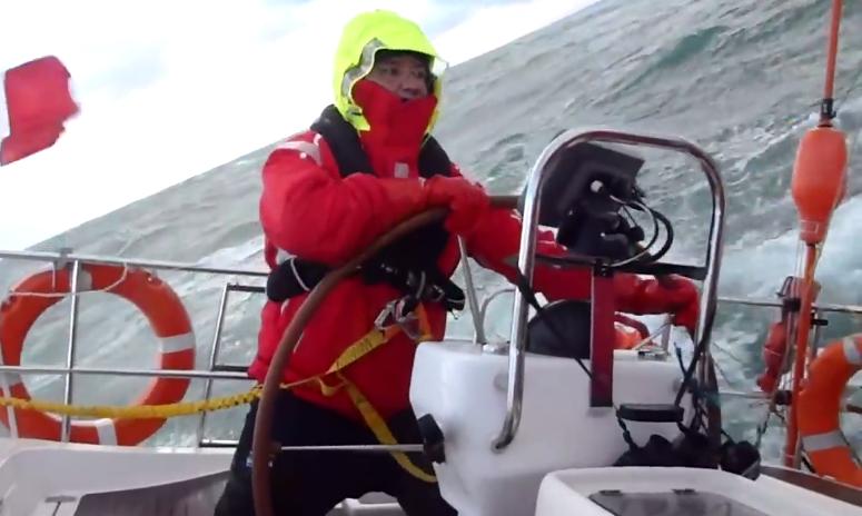 Rudergänger an Bord einer Delphia 40 bei Sturm