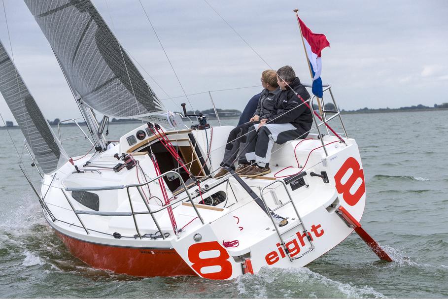 Power und Spaß: Die Winner 8 mit der charakteristischen Doppelruderanlage versteht sich bei aller Wohnlichkeit auch auf Sport. Foto: YACHT / B. Kolthof