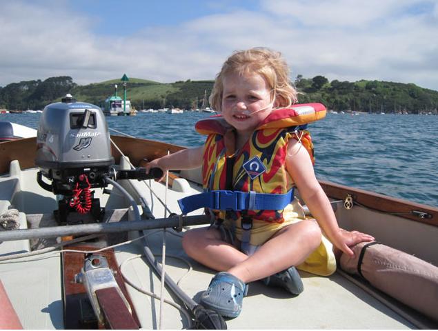 Klein und schon dabei. Kinder, die schon früh mit dem Leben und Treiben an Bord vertraut gemacht werden, legen schnell die Scheu ab.