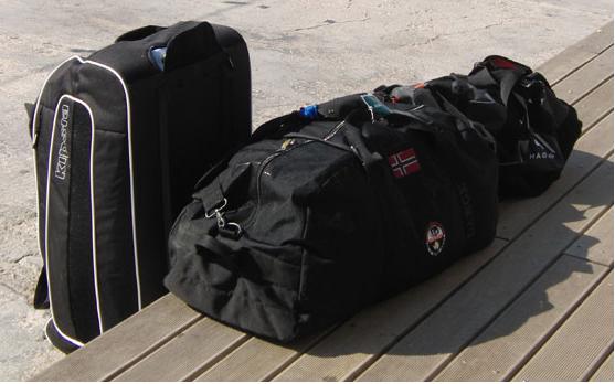 Richtig und falsch: Der Rollkoffer links im Bild ist kein geeignetes Transportmittel für das persönliche Segelgepäck, weil klobig und schwer zu verstauen. ideal sind weiche Stofftaschen (r.)