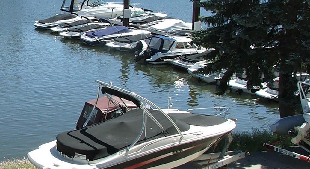 Ein Wasserliegeplatz, hat den Vorteil, dass das Boot schnell für eine Probefahrt bereit ist.