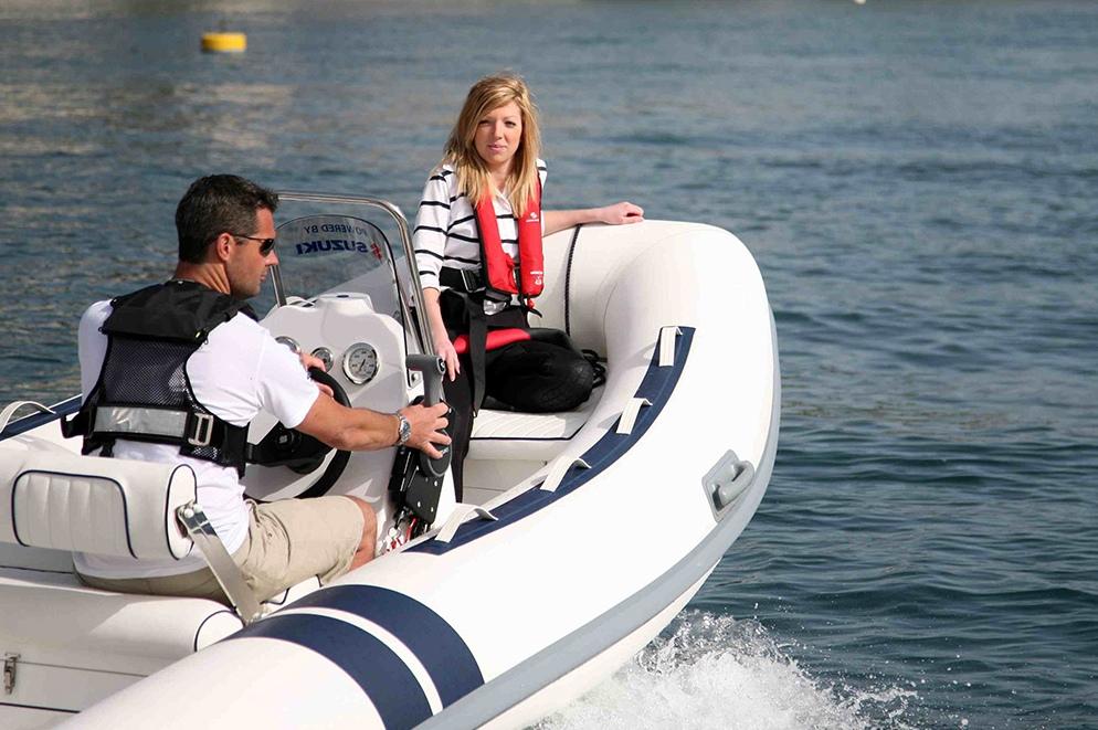 Der Käufer muss das Boot selbst steuern, doch auf der Probefahrt sollte auch Zeit sein, das Erlebnis als Fahrgast zu testen.