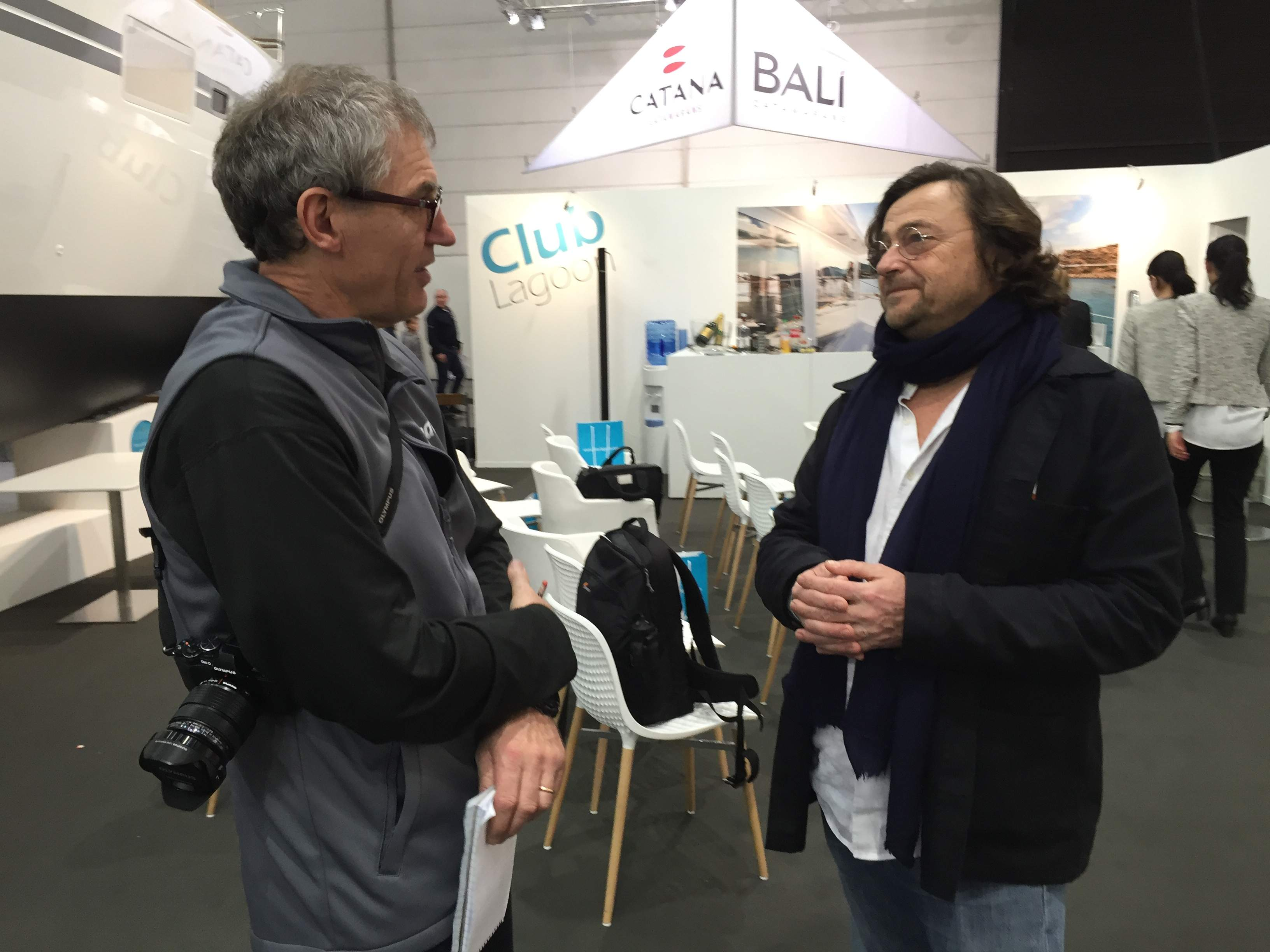 Redakteur Dieter Loibner im Gespräch mit Konstrukteur Marc van Pethegem. Foto: John Burnham/boats.com