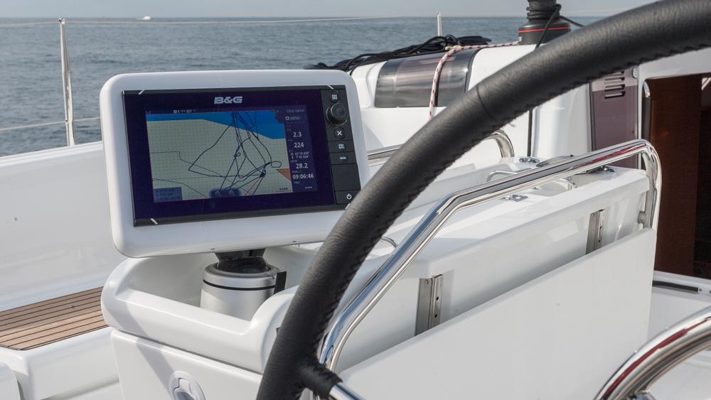 Sauber gelöst: Schwenkbarer Multifunktionsbildschirm am Cockpittisch. Foto:  Diego Yriarte