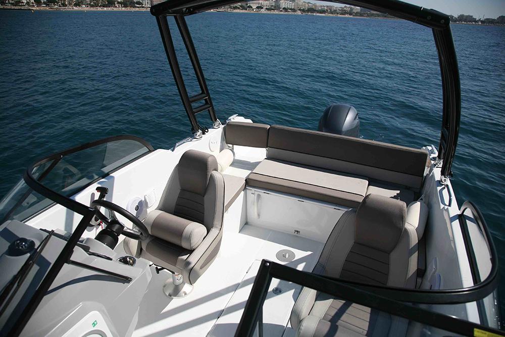 Cockpit mit Wakeboard-Tuwer und  teilbarer Windschutzscheibe  für den Durchgang zum Bug