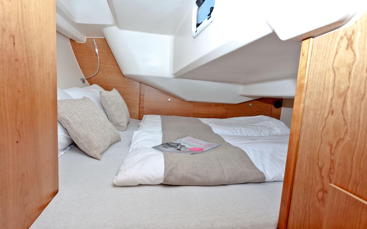 Geräumig und quer: Die Doppelkoje unter dem Cockpit ist für zwei Erwachsene ausreichend dimensioniert