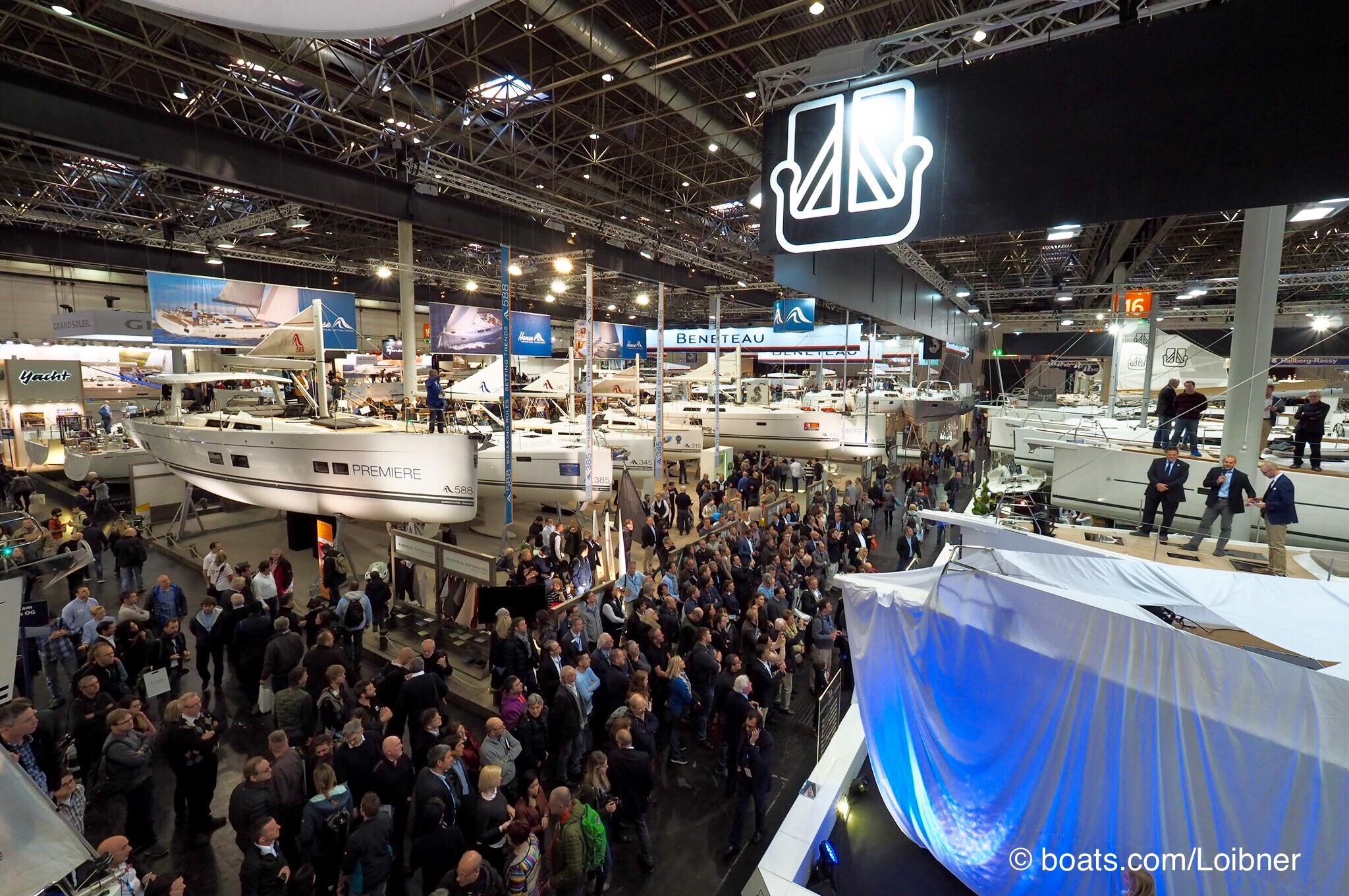 Vor zahlreich erschienenem Publikum wird die Dufour 63 Exclusive feierlich enthüllt. Foto: boats.com/Loibner
