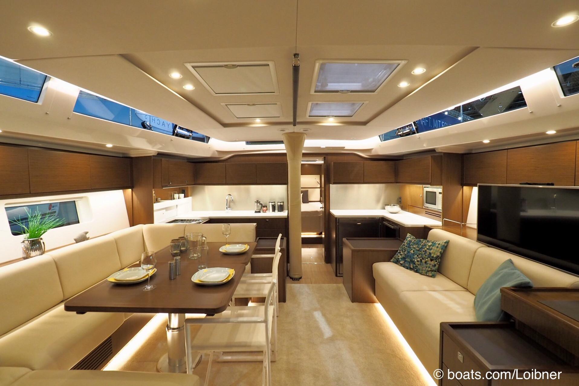 Hell und freundlich: Salon der C57 mit quer eingebauter Galley am Hauptschott. Foto: boats.com/Loibner
