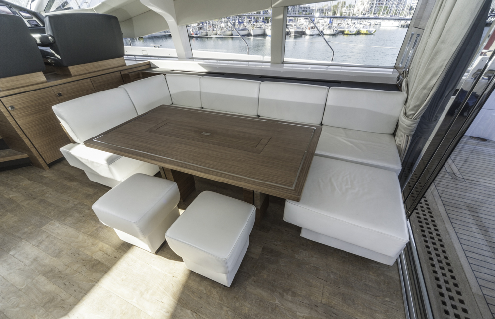 Auch die Sitzecke im Salon beweist die Liebe zum Detail bei der Verarbeitung. Foto: boats.com/Dieter Wanke
