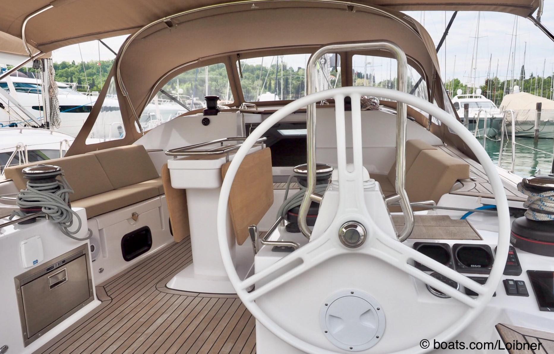 """Geschützt: Doppelsteuerstand, elektrische winschen, Kühllade (unen, links) , Sprayhood und ein """"undurchsichtiges"""" Bimini. Foto: boats.com/Loibner"""