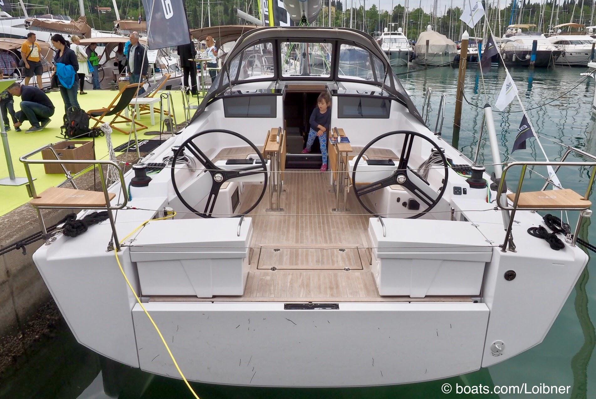 Cockpit mit zwei Steuerständen, zusätzlichen Backskisten und geteiltem Tisch. Foto: boats.com/Loibner