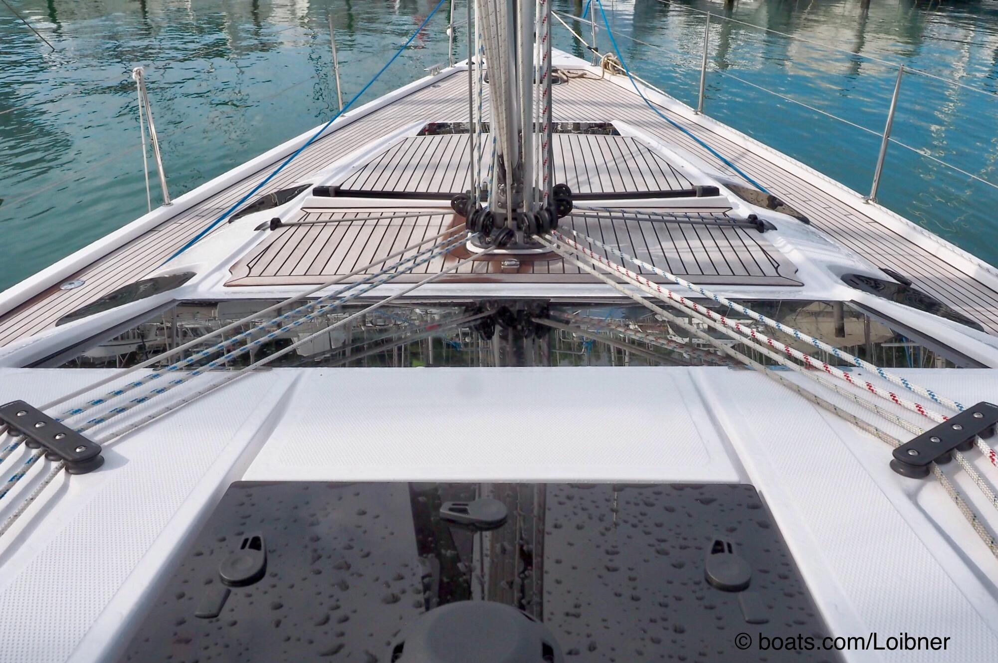 Teakdeckel: Das Vorschiff der Impression 50 mit dem edlen Belag, den bündigen Luken und der gelungenen Umlenkung der Trimmleinen Foto: boats.com/Loibner