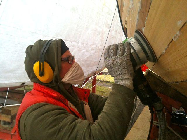 Wenn Staub, dann nur mit Maske. Achten Sie auf korrekte Schutzkleidung. Foto: boats.com/Dieter Loibner