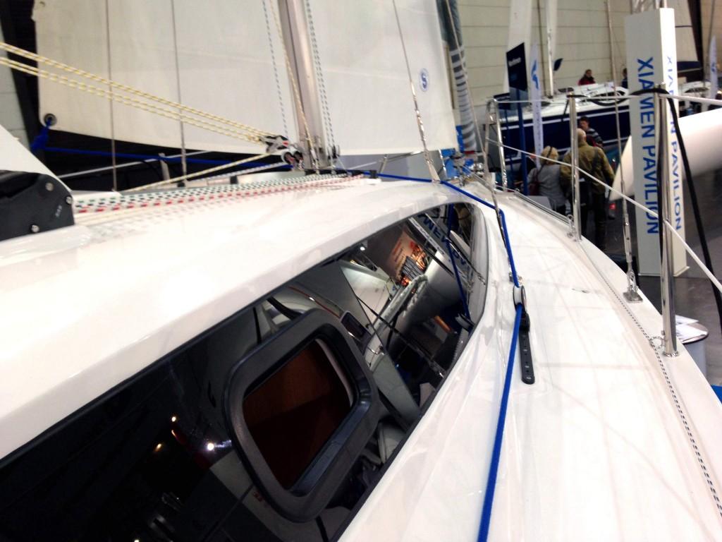 Seitendeck mit Fußleiste. Die Konstrukteure der Maxus 26 haben auch an Sicherheit gedacht. Foto: Dieter Loibner/boats.com