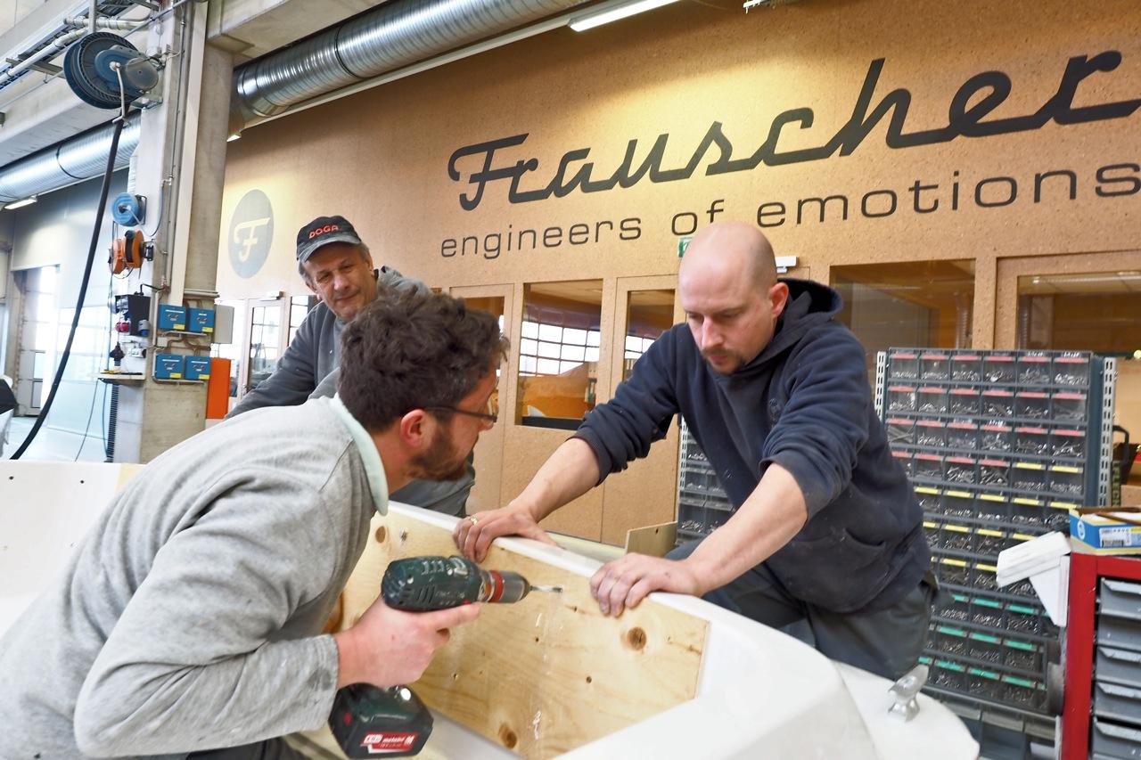 Auch in der modernen Produktionshalle finden sich wird noch viel von Hand gearbeitet, wie hier beim Tapezieren einer Rücksitzbank. Foto: Dieter Loibner/boats.com