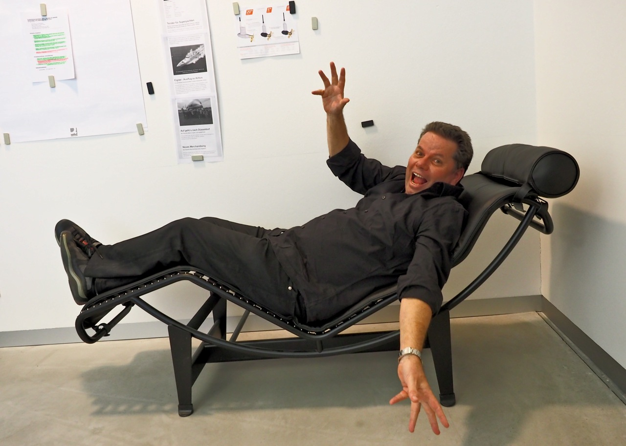 Relaxed: Michael Frauscher hält für die Kamera eine kurze Siesta. An der Bürowand sind die nächsten Kaizen-Ziele angeschlagen. Foto: Dieter Loibner/boats.com