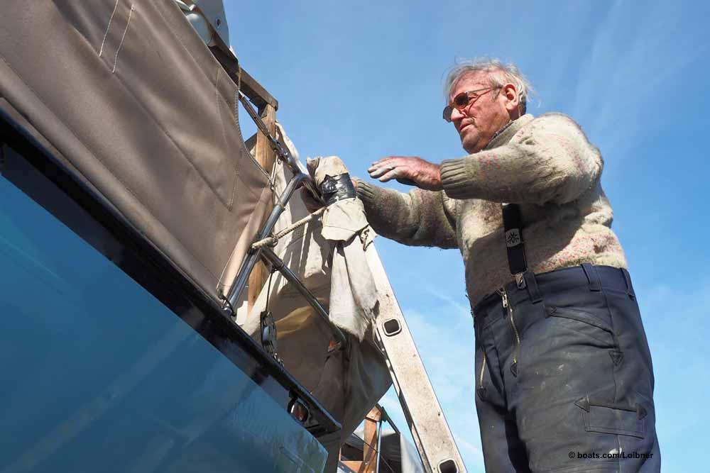 Rüstig und standfest: An einer festgelaschten Leiter steigt dieser Segler sicher an Deck. Foto: boats.com/Loibner