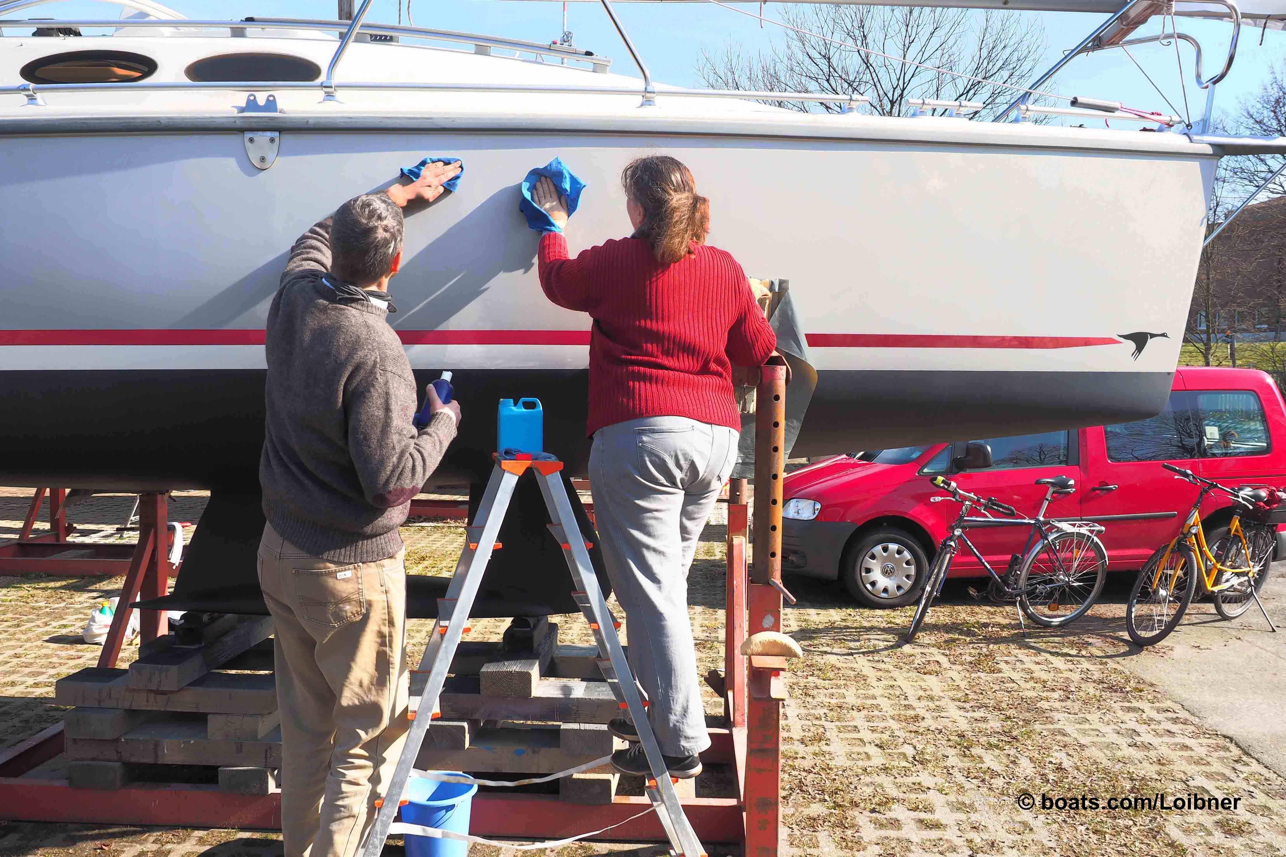 Teamwork hilft beim fachgerechten Auftragen und Polieren von Gelcoat-Oberflächen.  Foto: boats.com/Loibner