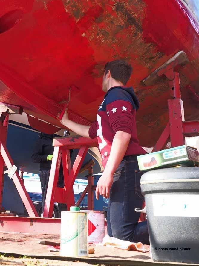 Das Auftragen von Farben (im Bild ein Unterwasseranstrich) ohne Handschuhe und Atemmaske sollte tunlichst unterbleiben. Foto: boats.com/Loibner
