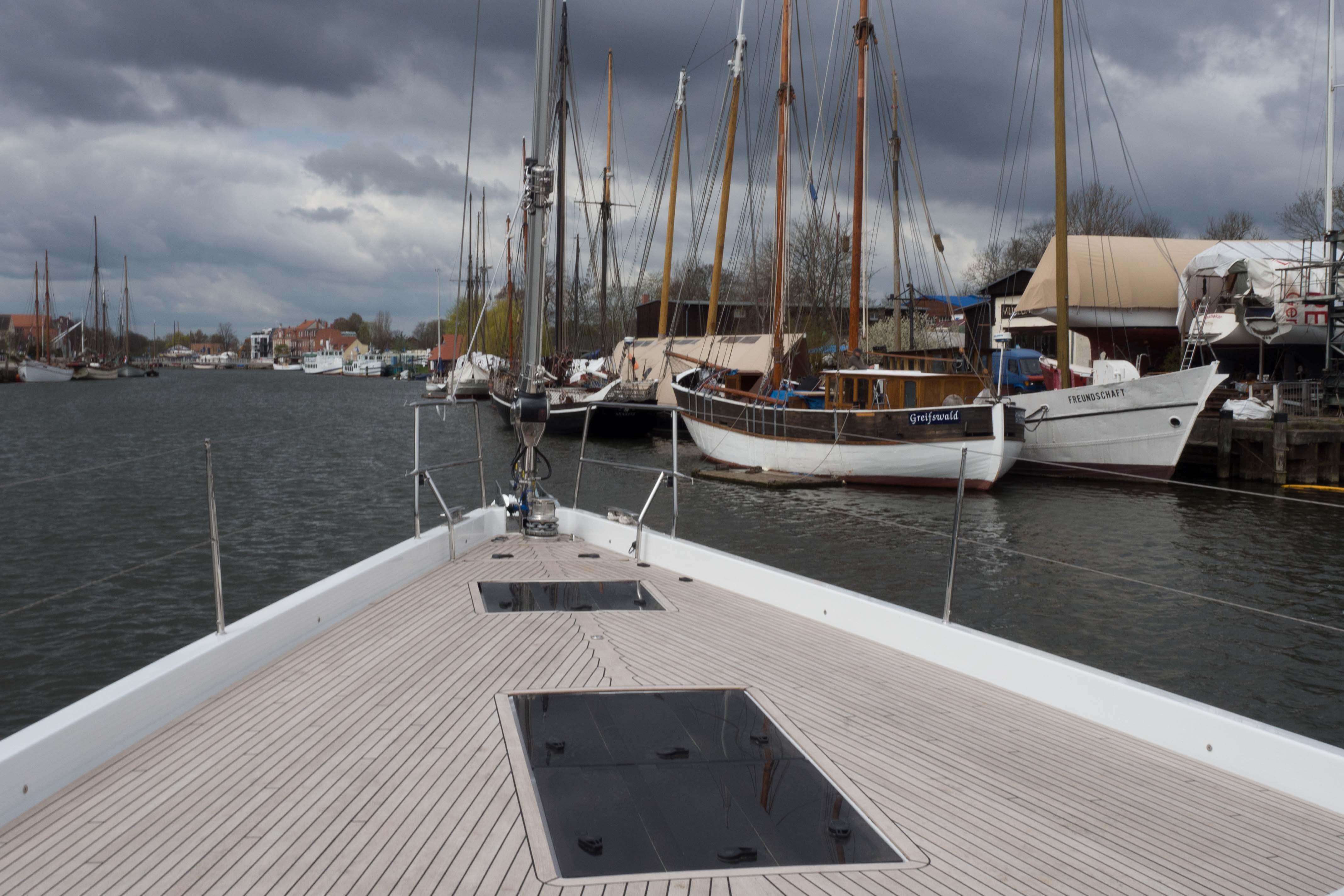 Kontrast: Blick vom Vordeck einer Hanse 675 auf die Traditionsschiffe im Hafen von Greifswald. Foto: Dieter Loibner