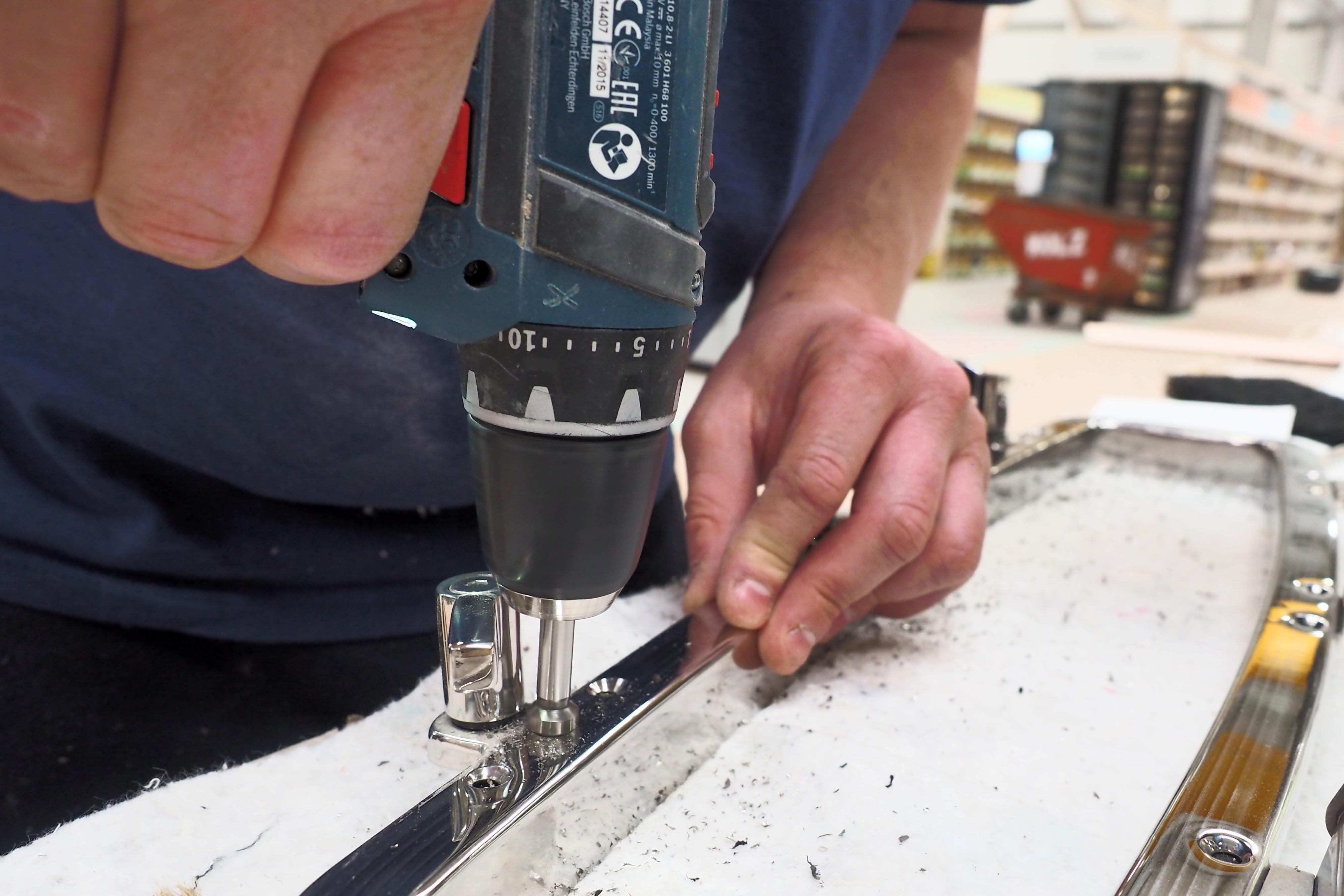 Von Hand: Trotz moderner Fertigung müssen viele Jobs noch von Hand erledigt werden, wie etwa die Bohrungen in einem Stahlrahmen für die Fenstermontage. Foto: Dieter Loibner