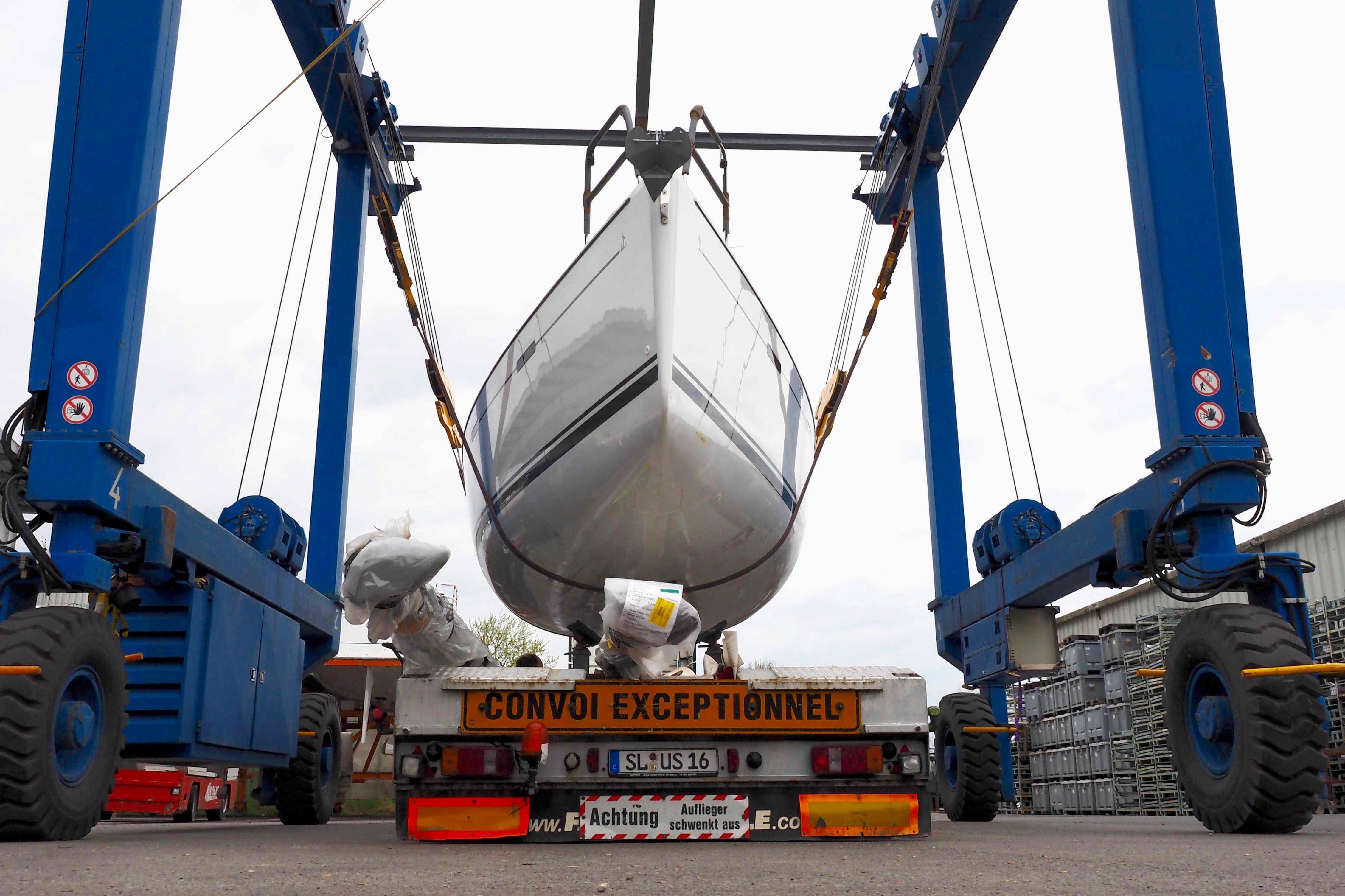 Auslieferung: Eine Hanse wird auf einen Tieflader gestellt, der das Schiff zum Empfänger schafft. Immer öfter kommen Eigner aber auch nach Greifswald, um ihre Boote am Werftsteg zu übernehmen und damit nach Hause zu segeln. Foto: Dieter Loibner