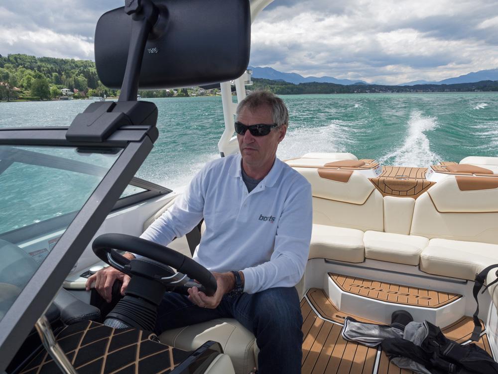 Fahrverhalten und die Bedienungselemente sind bewusst an die Nautique-Modelle mit Verbrennungskraftmotor angelehnt, denn die Käufer wollen sich auch auf einem schnellen Elektroboot wie auf einem Motorboot fühlen. Foto: boats.com/Loibner