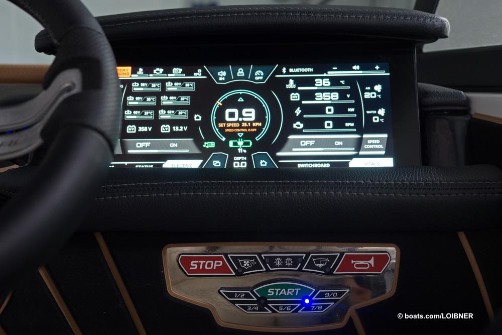 Zeit fürs nachladen: Der Bordcomputer hält den Fahrer am Laufenden. Foto: boats.com/Loibner