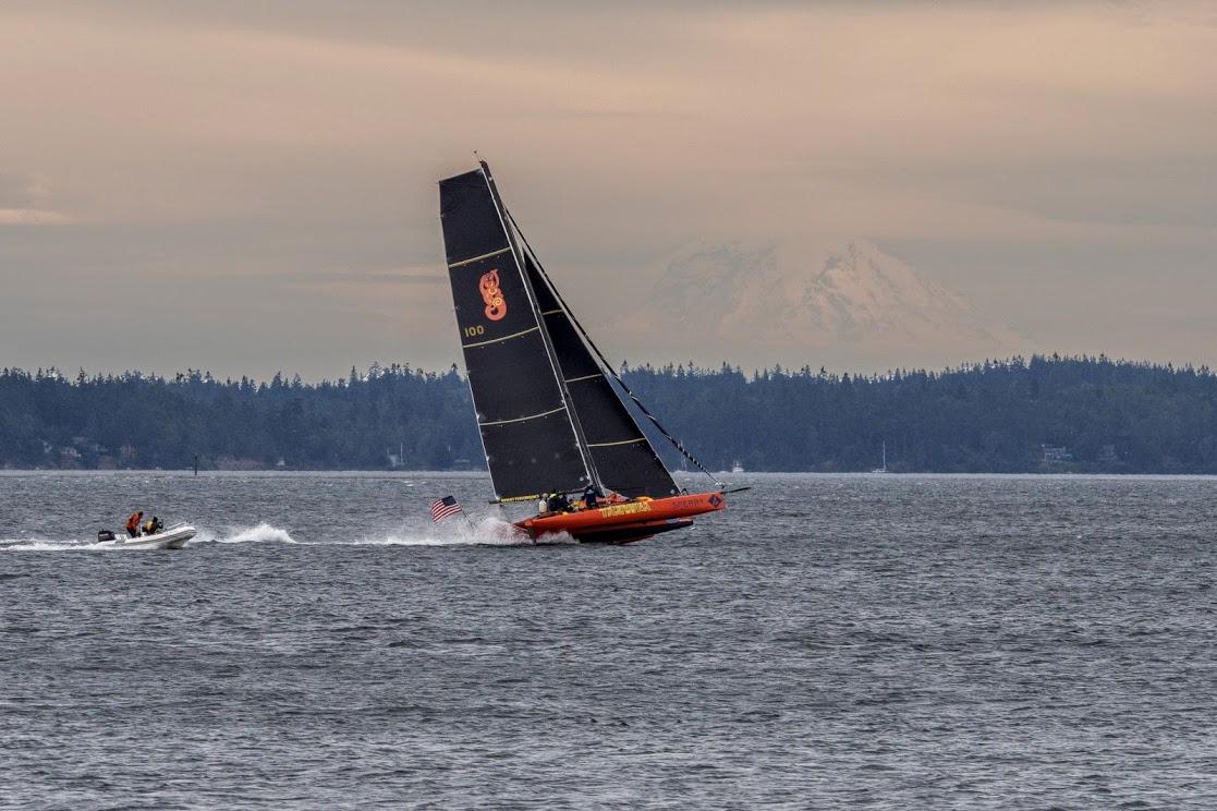 Wheelie vor dem Vulkan: Team Tritium beim Testen vor dem Start in port Townsend. Das Boot wurde nach dem Start der langen Etappe in Victoria aus dem Bewerb genommen. Foto: Dieter Loibner
