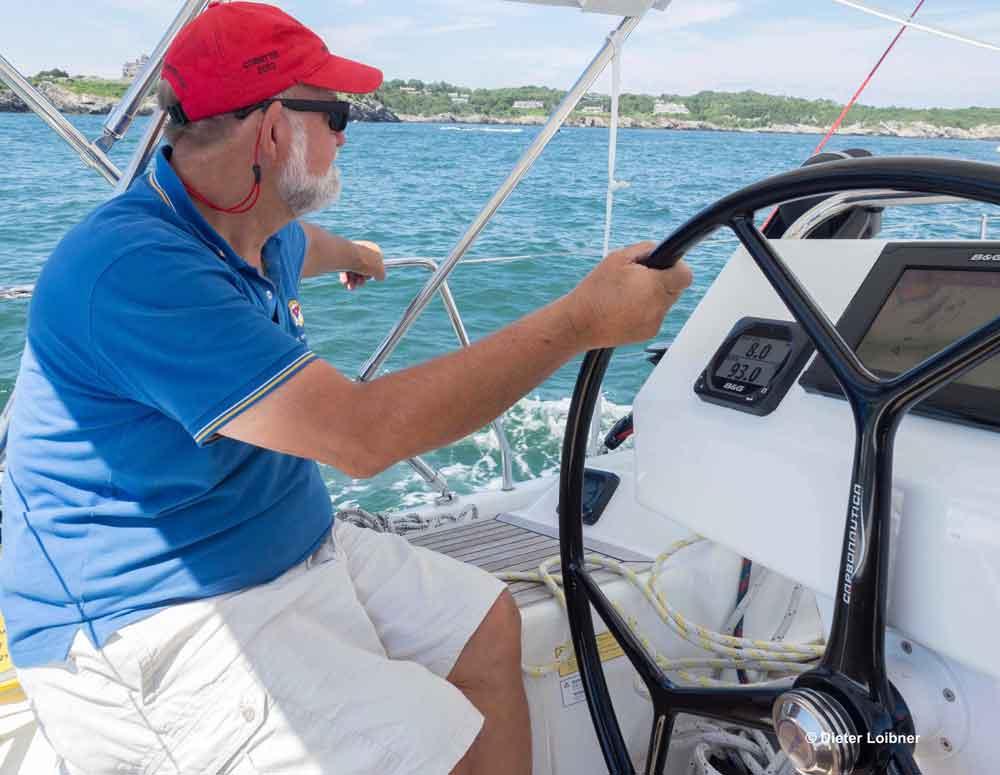 Skipper und Eigner Steven McInnis hat in komfortabler Sitzposition am Steuer die Instrumente gut im Blick. Foto: Foto: Dieter Loibner