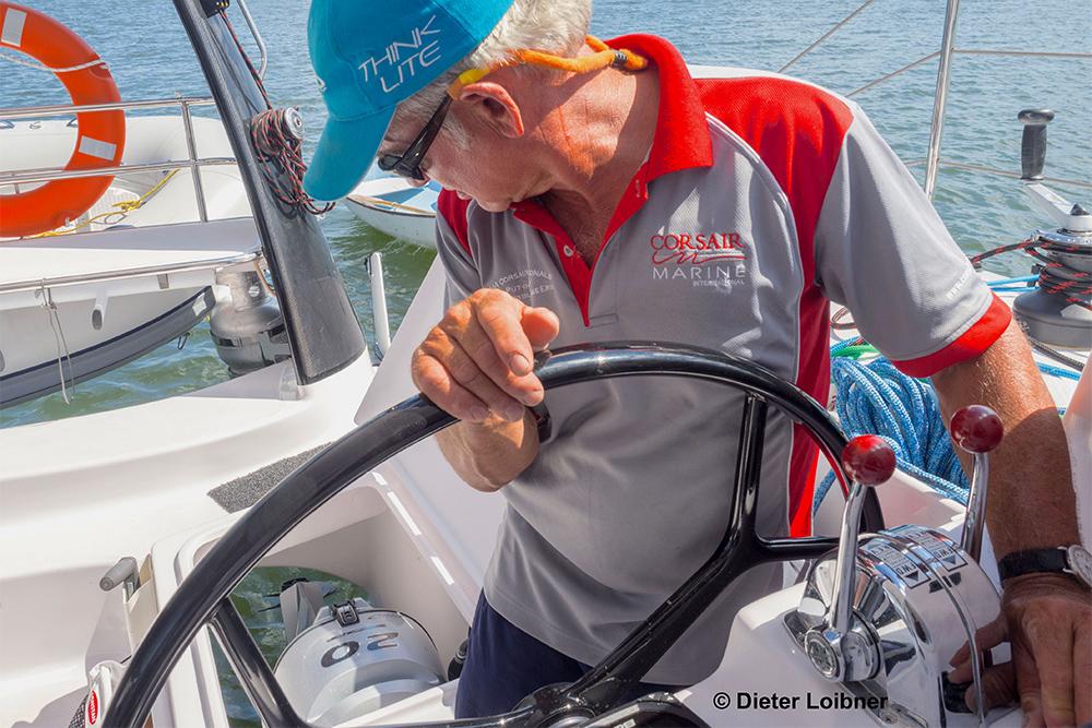 Alles am Platz: Der Steuermann wirft einen Kontrollblick auf einen der beiden Außenborder, die auf der Seawind 1190 Sport als Hilfsmotor eingesetzt werden. Foto: Dieter Loibner