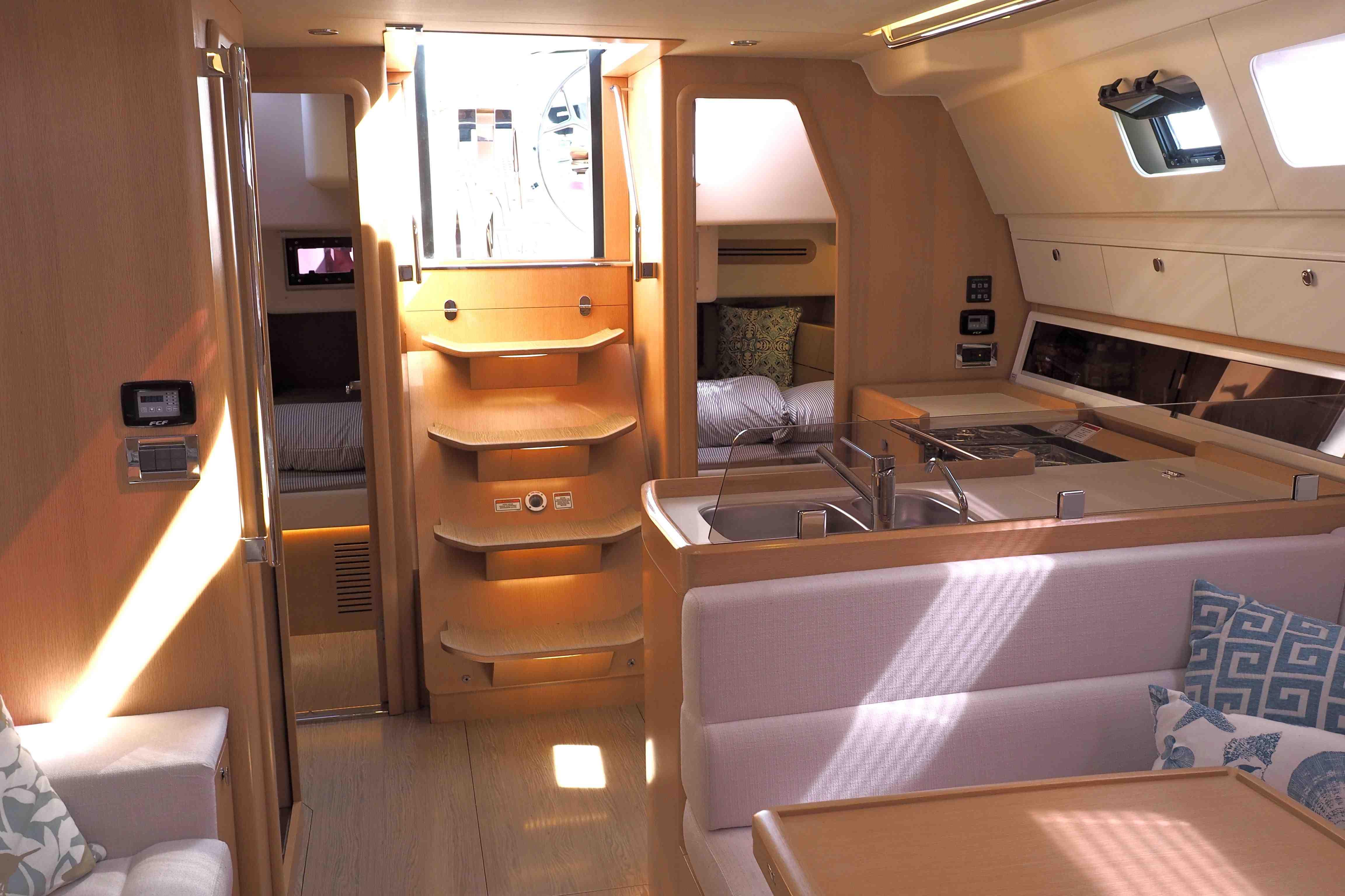 Willkommen im Salon: Gut verarbeitet und modern, aber nicht über-drüber gestylt. So präsentiert sich die Azuree 46 unter Deck. Foto: Dieter Loibner