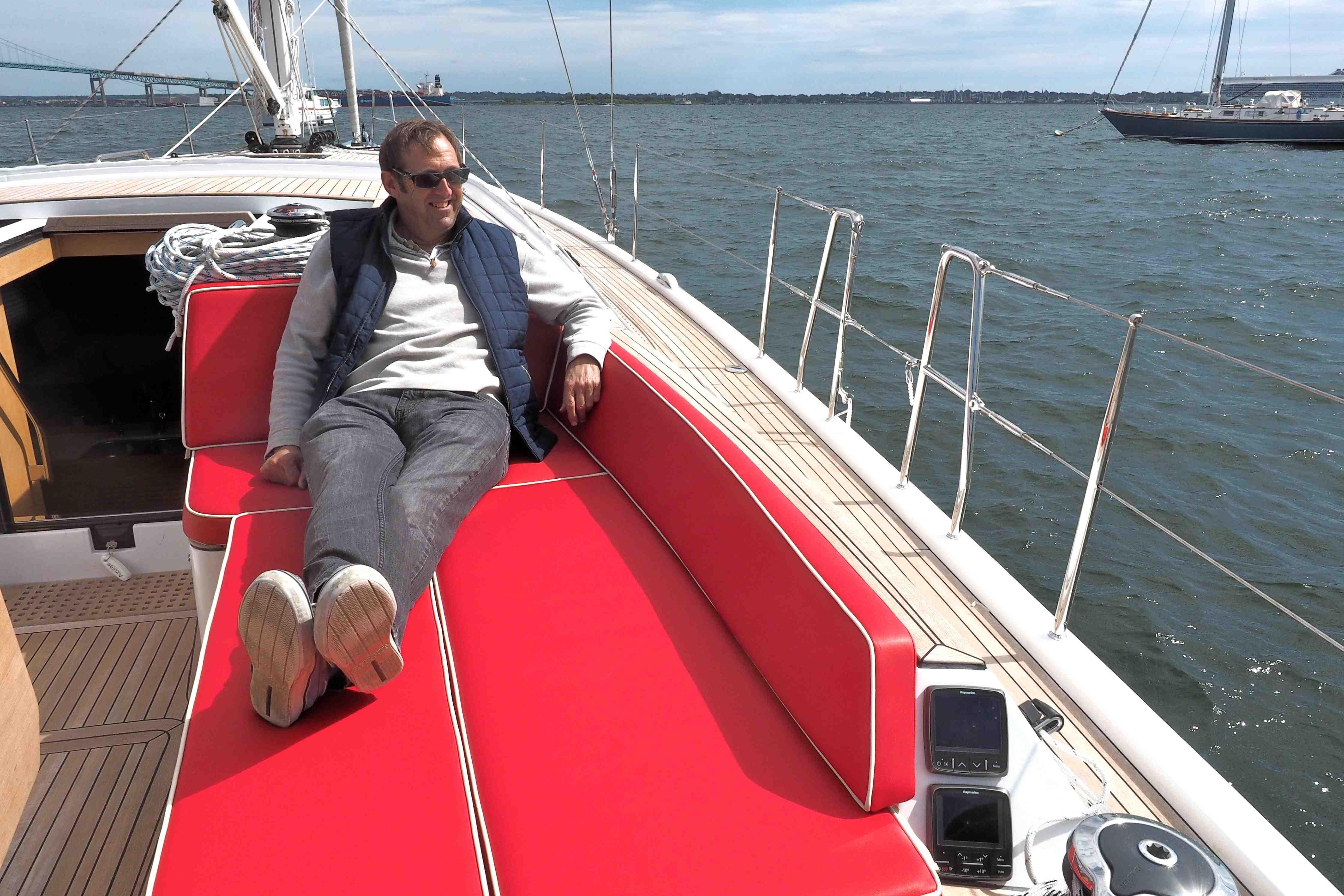Cockpit-Lounge: Mit wenigen Handgriffen verwandeln sich die Sitzduchten in gepolsterte Sonnenliegen, ideal fürs faule Lümmeln am Anker. Foto: Dieter Loibner