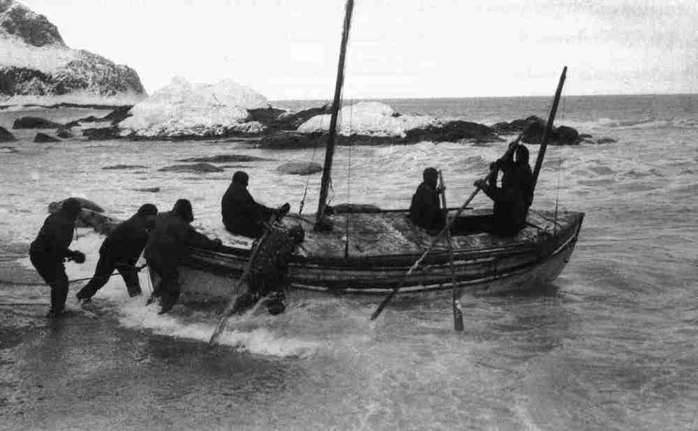 Shackleton und fünf Kameraden wassern die James Caird auf Elephant Island, um Hilfe für die gestrandete Expedition zu organisieren