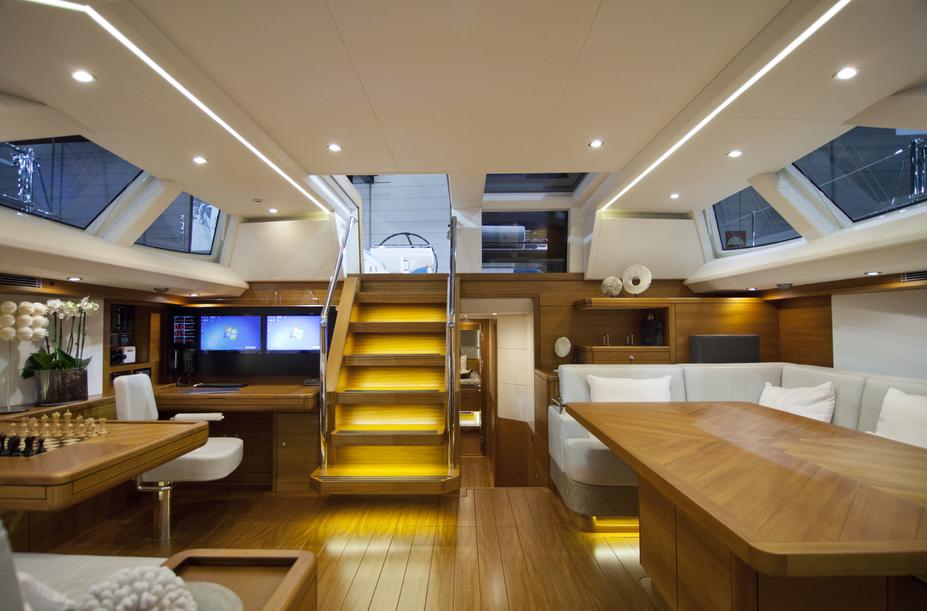 Helles Holz und viel Licht im Decksalo. Foto: Yacht/ S. Reineke