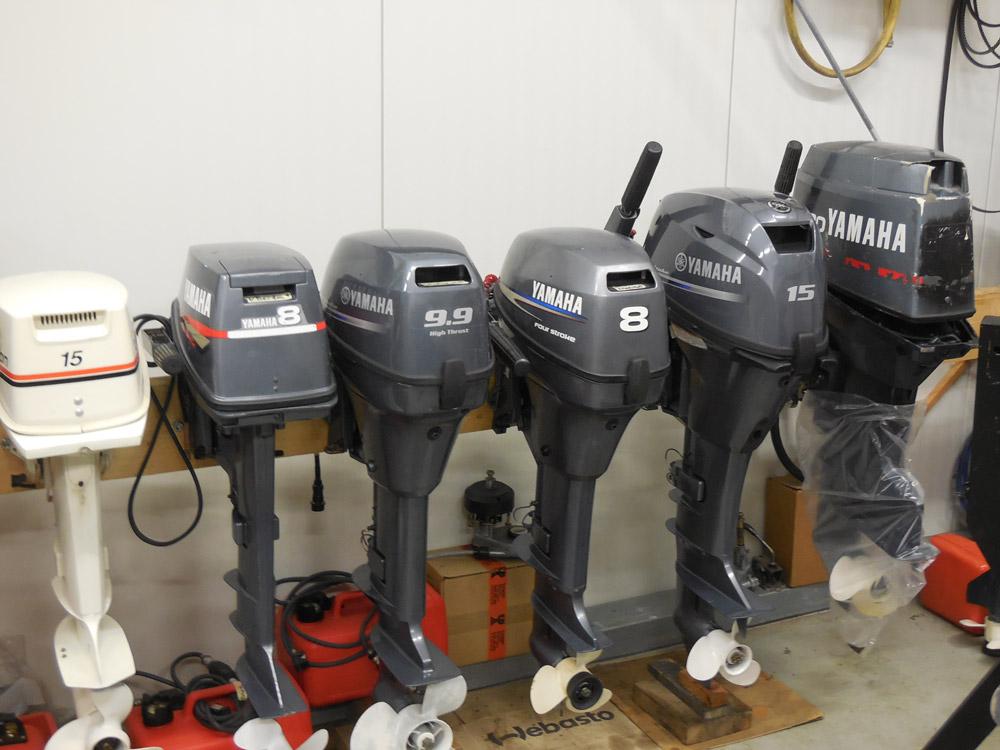 Aufgereiht fürs Winterlager: Außenborder bei einem Servicebetrieb. Foto: DS Bootsmotoren