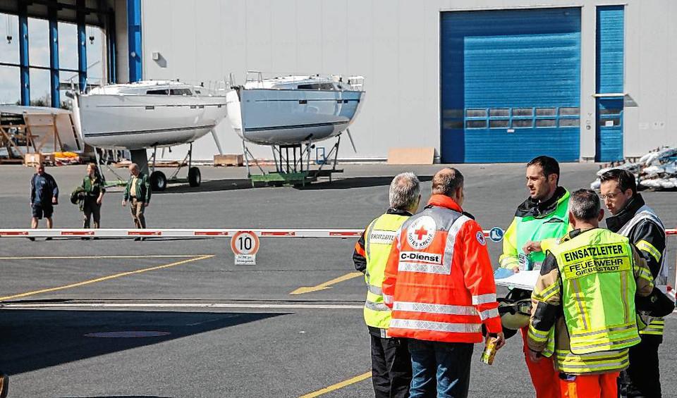 Rettungsdienste vor den Hallentoren: Bei der Bavaria-Werft  gab's letzte Woche Bombenalarm. foto: thomas Fritz/Mainpost