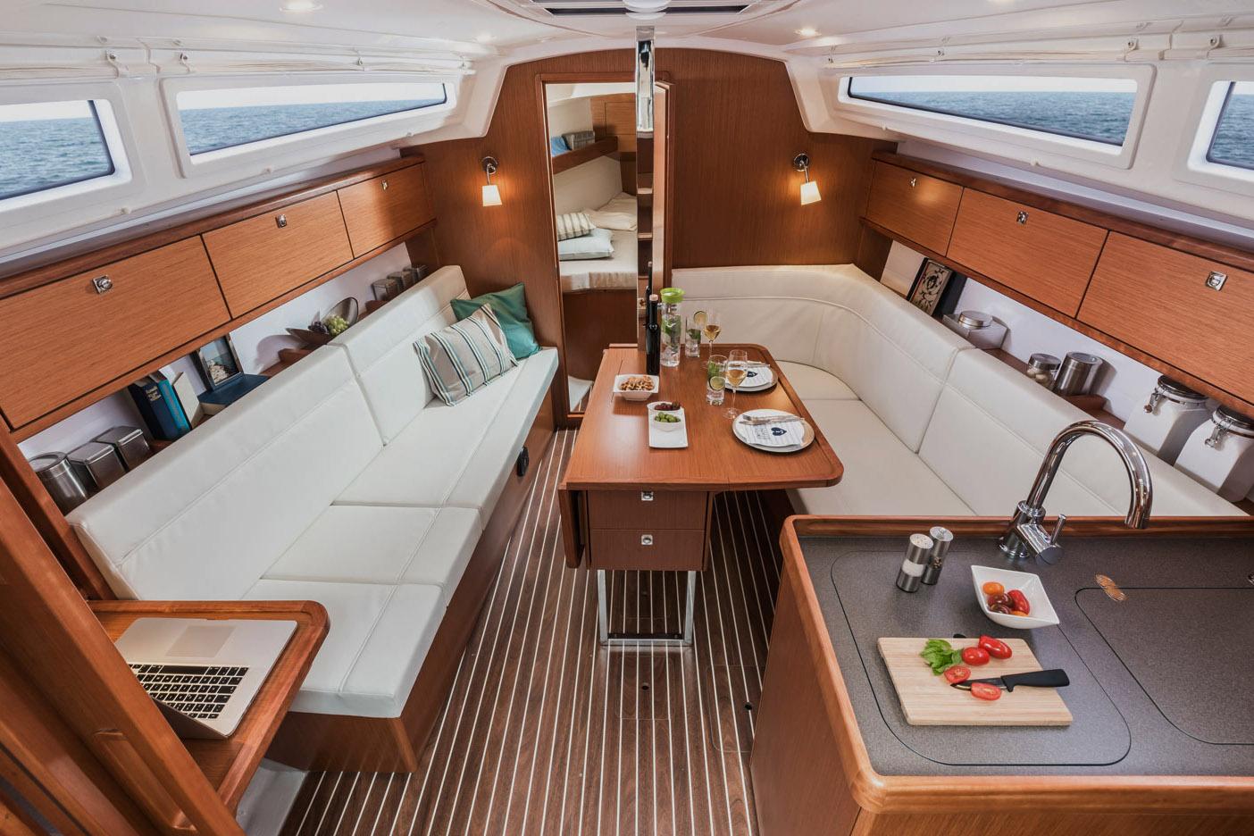 Traditionelles innenlayout mit L-Galley an Steuerbord und Sitzbank an Backbord, deren Ende in der Zweikabinen-Version Platz für eine Navi-Ecke bietet