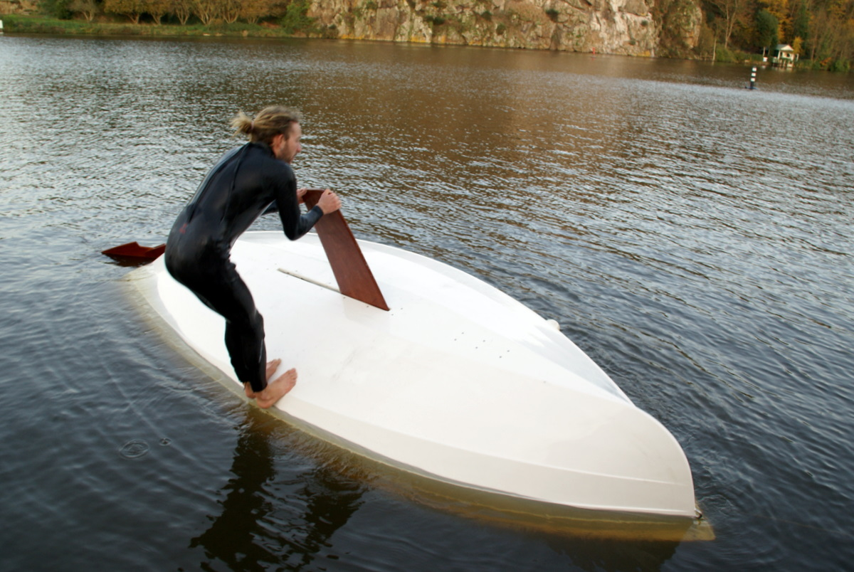 Dieser Segler nutzt das Steckschwert seiner Jolle, um sich nach kenterung aus einer misslichen Lage zu befreien. Foto: blog.vivierboats.com: