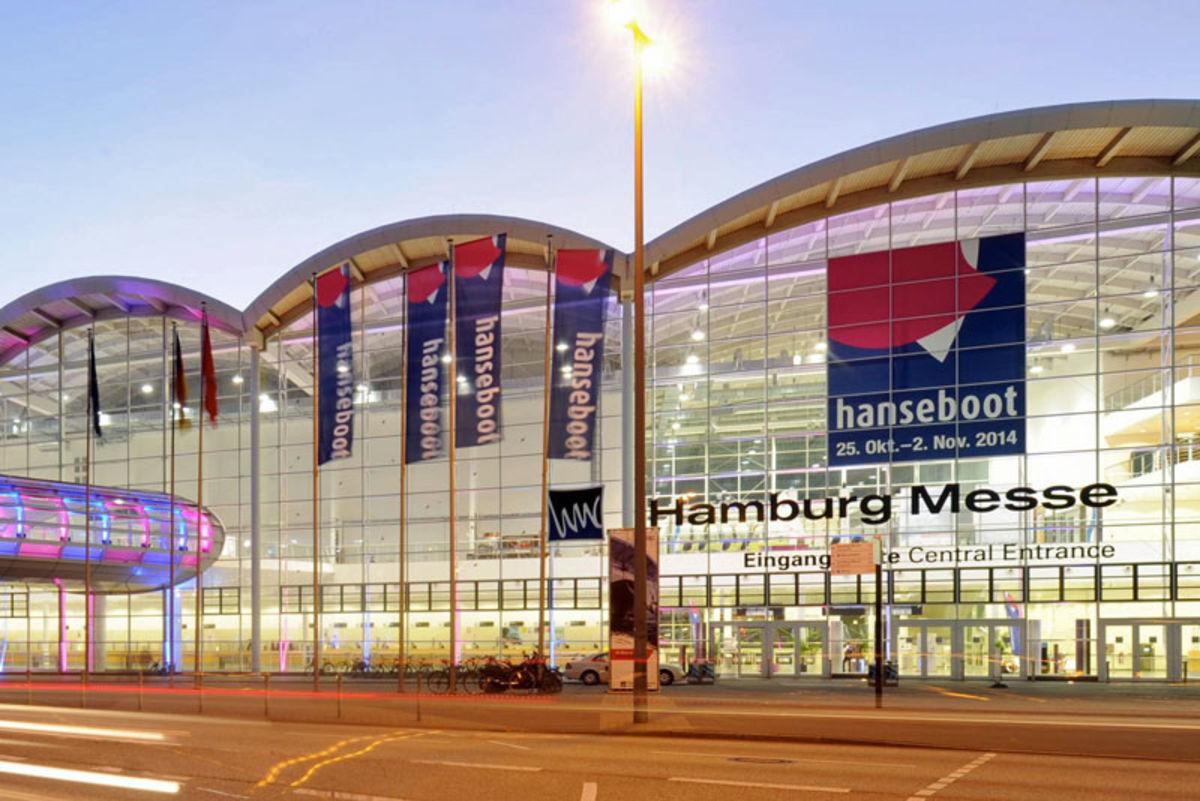 Hamburgs Messehallen im Hanseboot-Look
