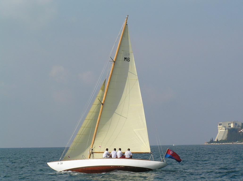 Traditionelle Bahnsegel aus beigem Dacron sind besonders auf klassischen Yachten beliebt