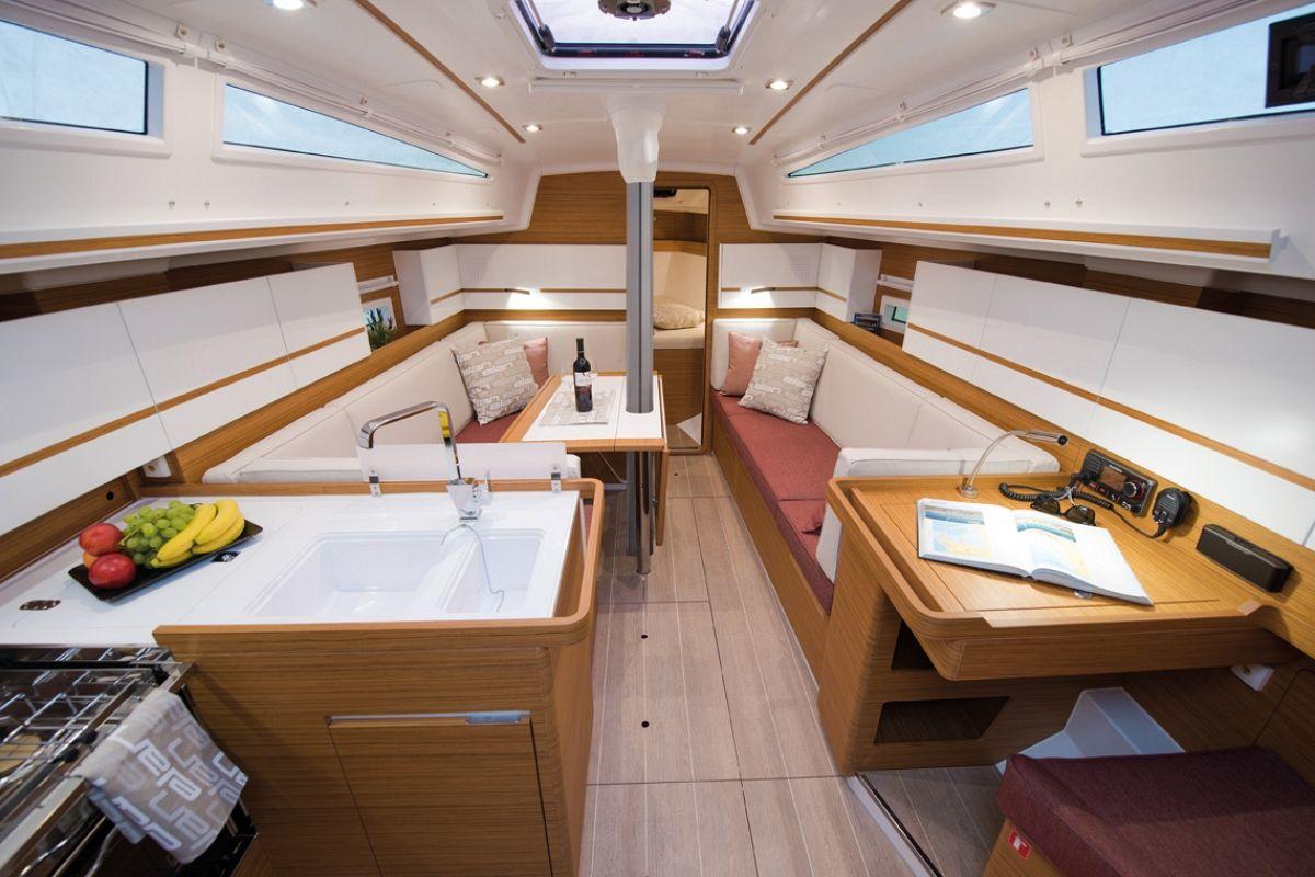 Wohnliches Ambiente für ein sportliches boot: Der Salon auf der Elan E4 Family Edition